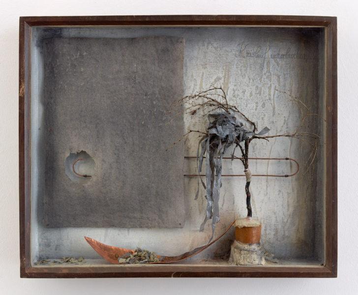 Katharina Meister, Auf der Suche nach dem Verbindungsstück, 42,0x50,5x6 cm, 2015, Mischtechnik in Vitrine