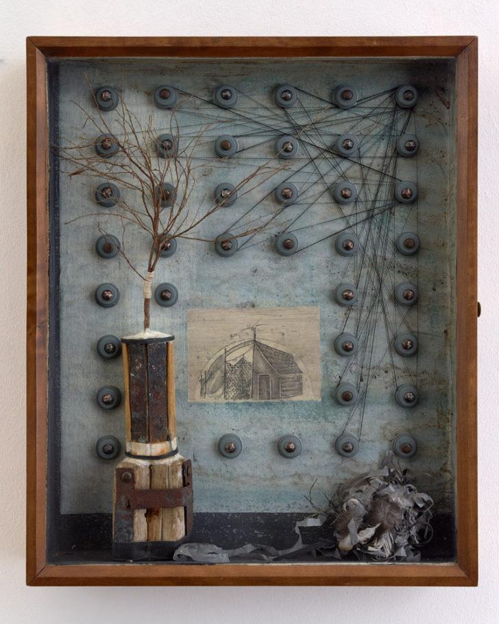 Katharina Meister, Es liegt in der Luft, 51x42x6 cm, 2015, Scherenschnitt, Mischtechnik in Vitrine