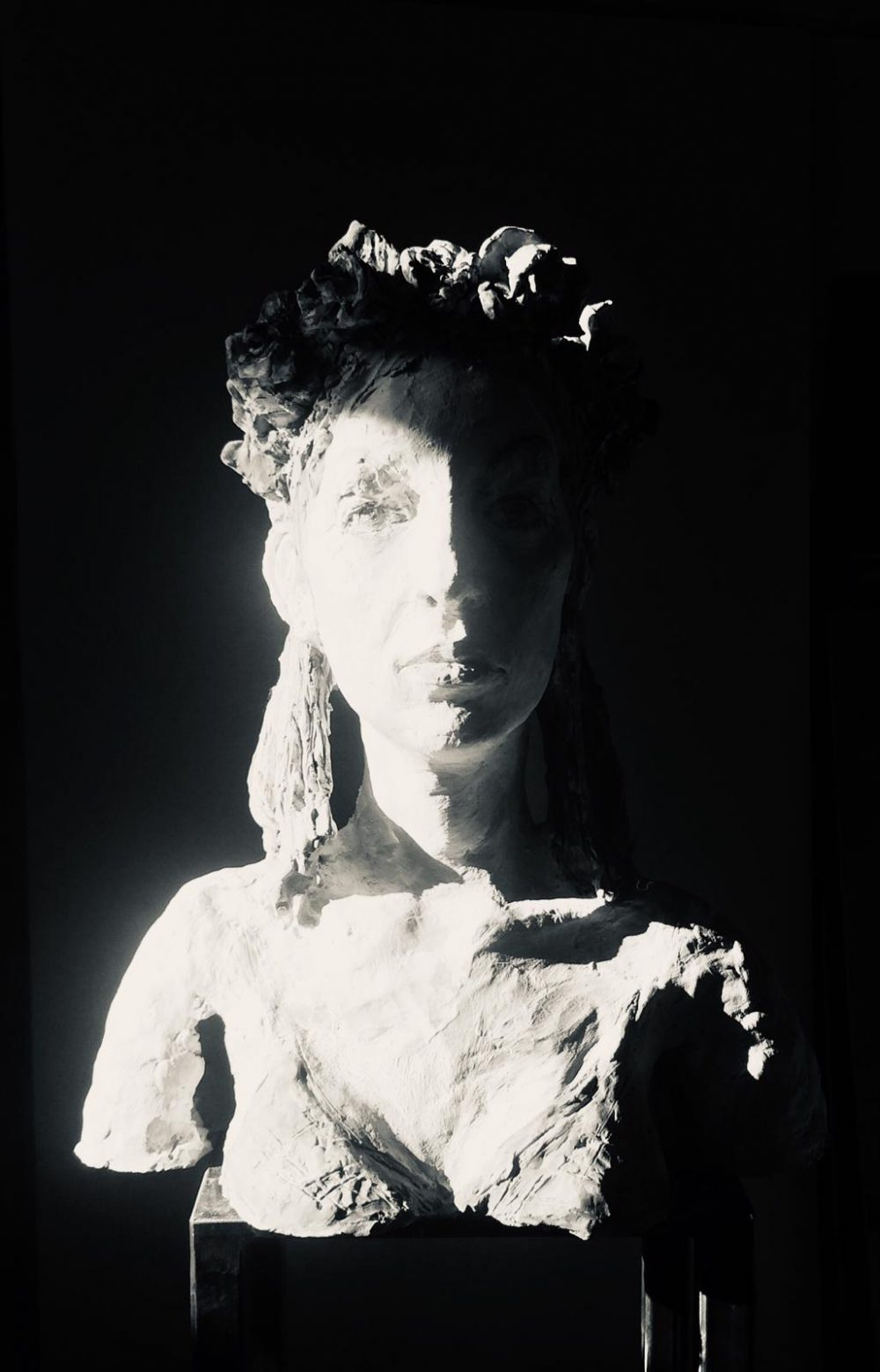 Andreas Wachter, Hannah, 44x38x15 cm, 2019, Terrakotta farbig gefaßt